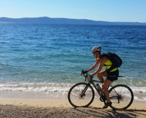 Mit dem Crossrad am Strand: In Makarska/Kroatien