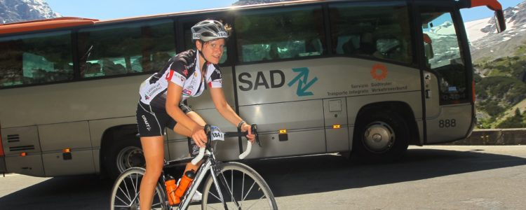 Bus und Radfahrer